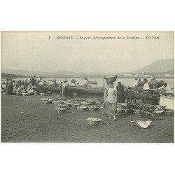 carte postale ancienne 64 HENDAYE. Débarquement de la Sardine au Port