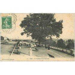 carte postale ancienne 64 PAU. Femme avec ombrelle Boulevard des Pyrénées 1913