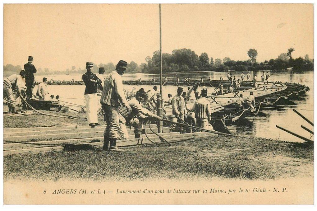 carte postale ancienne 49 ANGERS. Lancement d'un Pont de bateaux par le 6° Génie. Militaires et Régiments