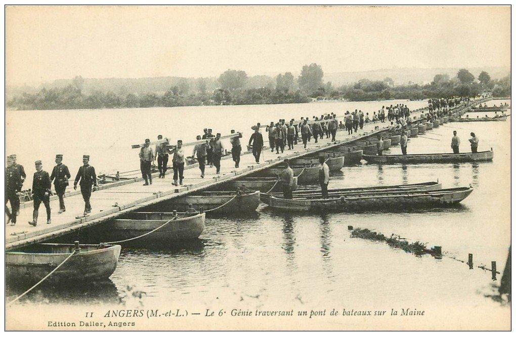 carte postale ancienne 49 ANGERS. Le 6° Génie traversant un Pont de bateaux. Militaires et Régiments