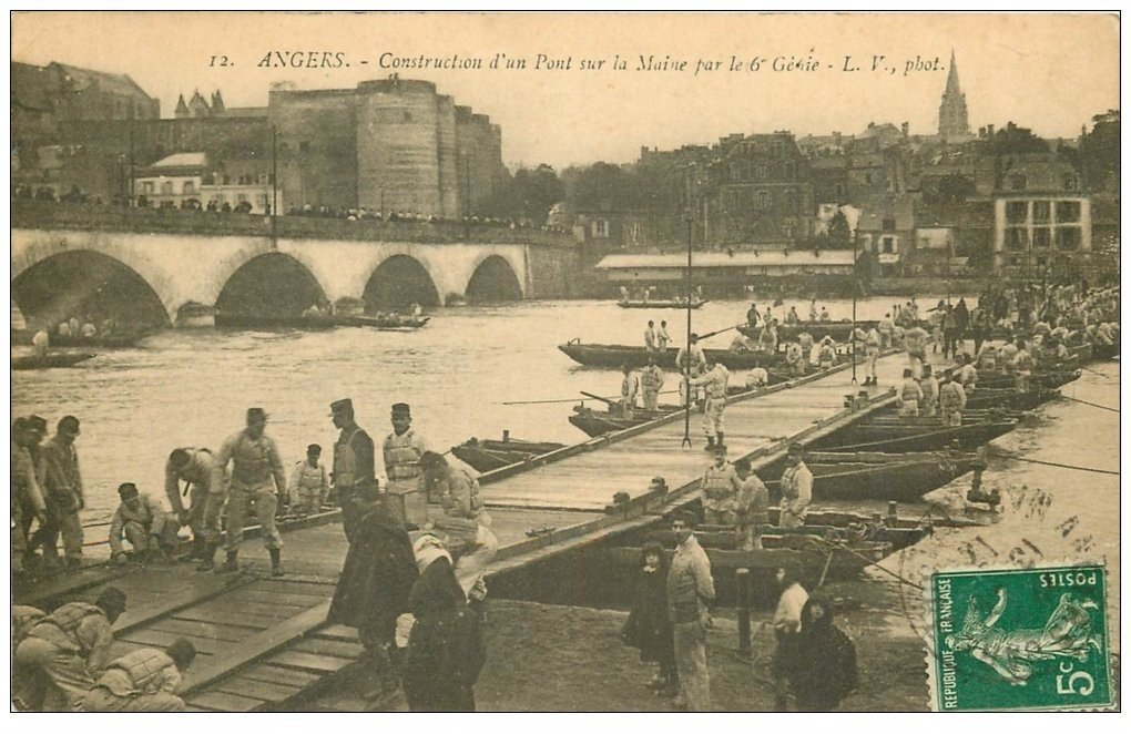 carte postale ancienne 49 ANGERS. Manoeuvres de Pontage par le 6° Génie 1912. Pont de Bateaux. Militaires et Régiments