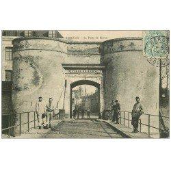 carte postale ancienne 59 BERGUES. La Porte de Bierne vers 1906