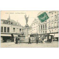 carte postale ancienne 59 DOUAI. Place Thiers 1911 vendeur ambulant en Carriole