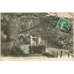carte postale ancienne 50 AVRANCHES. Entrée Jardin de l'Evêché personnage et son Chien 1919