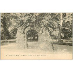 carte postale ancienne 50 AVRANCHES. Porte Romaine Jardin public