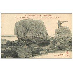 carte postale ancienne 50 BARFLEUR. Pêcheur de Crevettes et Rocher entrée du Port. Personnage avec longue vue