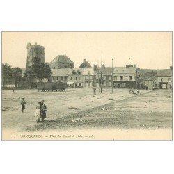carte postale ancienne 50 BRICQUEBEC. Place du Champ de Foire Café de Paris et roulottes