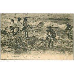carte postale ancienne 50 CHERBOURG. Châteaux de sable par Enfants sur la Plage 1917
