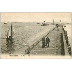 carte postale ancienne 50 CHERBOURG. Curé sur la Jetée et Phare