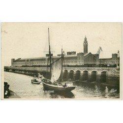 carte postale ancienne 50 CHERBOURG. La Gare Maritime. Carte Photo émaillographie. Morutier remorqué