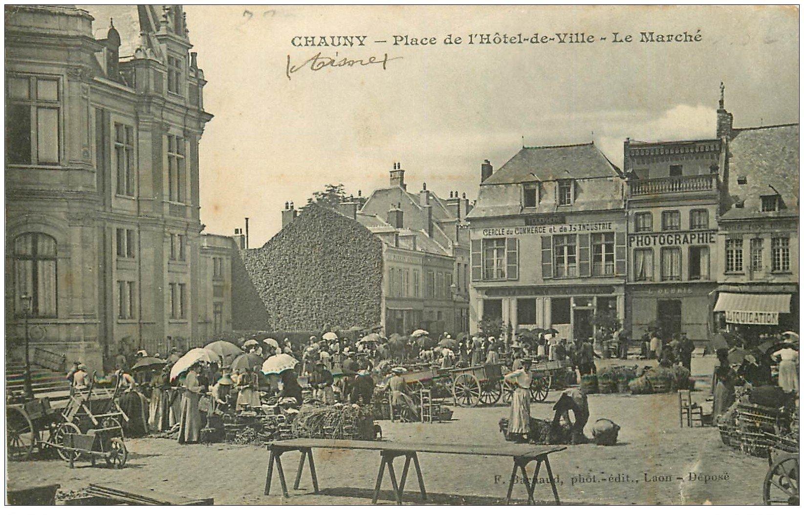 carte postale ancienne 02 CHAUNY. Le Marché Place Hôtel de Ville. Cercle du Commerce et Industrie