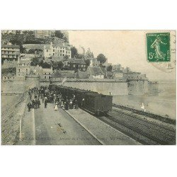carte postale ancienne 50 LE MONT SAINT-MICHEL. Transports arrivée du Train 1913