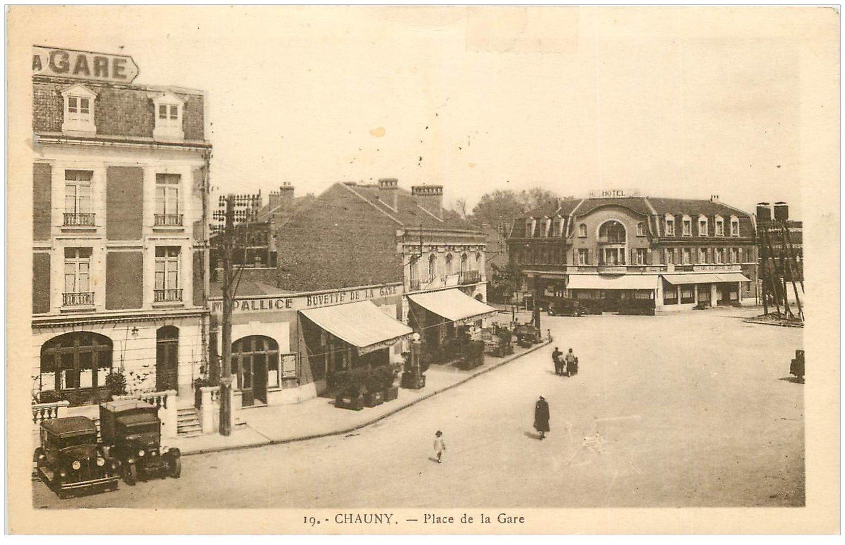 carte postale ancienne 02 CHAUNY. Place de Lla Gare 1936. Buvette Pallice, hôtel des Voyageurs et Café à l'Arrivée