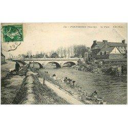 carte postale ancienne 50 PONTORSON. Le Pont et Lavandières Laveuses 1913