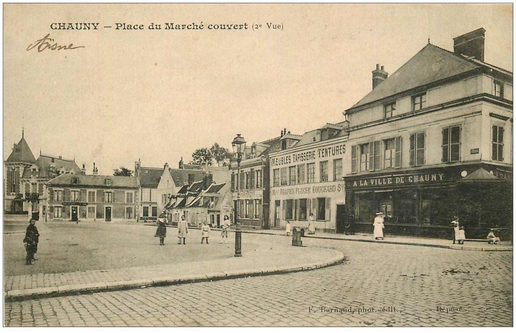carte postale ancienne 02 CHAUNY. Place du Marché Couvert 1918. A la Ville de Chauny et Tapissier