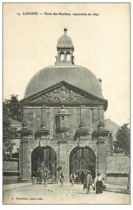 carte postale ancienne 52 LANGRES. Porte des Moulin. Tampon Militaire vers 1919