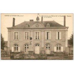 carte postale ancienne 53 COSSE-LE-VIVIEN. Monument aux Morts et Mairie animation