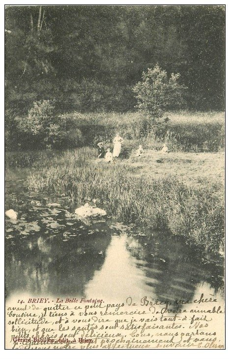 carte postale ancienne 54 BRIEY. La Belle Fontaine animée 1904