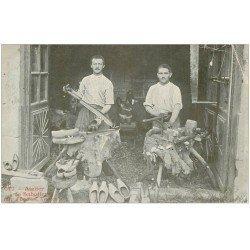 carte postale ancienne 12 ESPALION environs. Atelier de Sabotiers 1904. Vieux Métiers Artisans