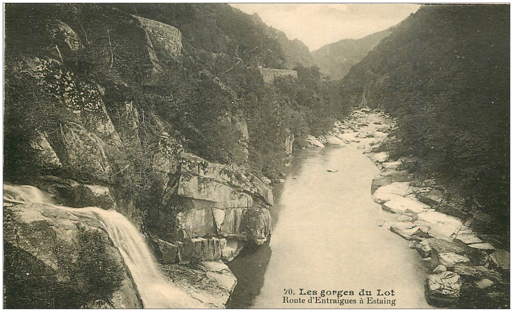 carte postale ancienne 12 Les Gorges du Lot. Route Entraigues à Estaing