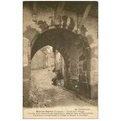 carte postale ancienne 12 MUR-DE-BARREZ. Portail de la Bergue. Personnage assis