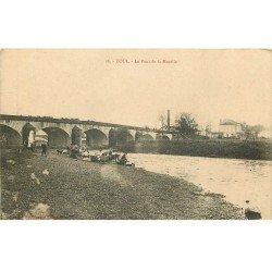 carte postale ancienne 54 TOUL. Le Pont de la Moselle Lavandières