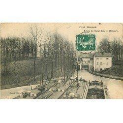 carte postale ancienne 54 TOUL. Ecluse du Canal dans les Remparts 1908 Péniches