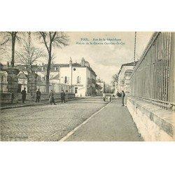 carte postale ancienne 54 TOUL. Rue République Caserne Gouvion Saint-Cyr Bar Parisien