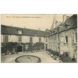 carte postale ancienne 58 CHATEAU DE BAZOCHES-EN-MORVAN. Cour d'Honneur