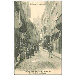 carte postale ancienne 12 VILLEFRANCHE-DE-ROUERGUE. Rue de la République bien animée