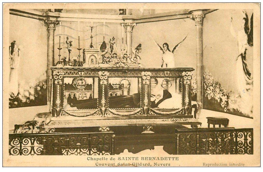 carte postale ancienne 58 NEVERS. Bernadette dans sa Châsse Couvent Saint-Gildard 1939