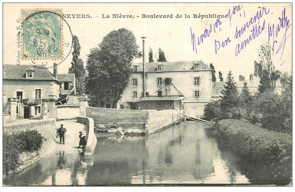 carte postale ancienne 58 NEVERS. La Nièvre Boulevard de la République 1906 avec Gendarme armé