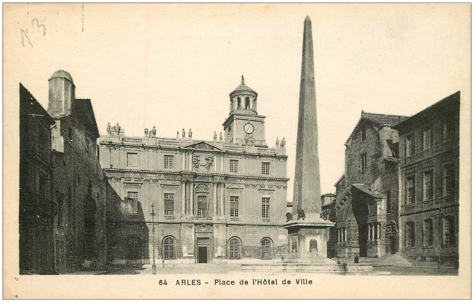 carte postale ancienne 13 ARLES. Place de l'Hôtel de Ville