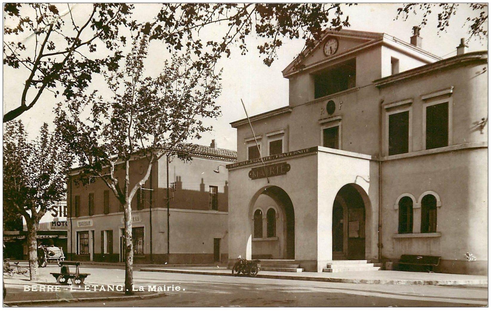 carte postale ancienne 13 BERRE-L'ETANG. La Mairie 1938. Epicerie et Coiffeur et Bar. Carte Photo émaillographie