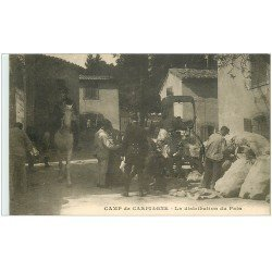13 CAMP de CARPIAGNE. La distribution du Pain. Militaires et Officiers 1916 et Prisonniers. Tampon militaire