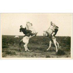 carte postale ancienne 13 En CAMARGUE. Le Salut des Gardians sur leurs Chevaux. Photo Carte Postale Georges