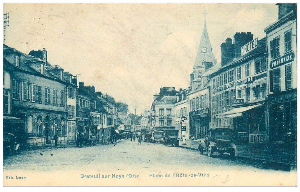 carte postale ancienne 60 BRETEUIL. Place Hôtel de Ville avec vieille Pompe à essence. Grand Hôtel et Pharmacie