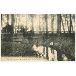 carte postale ancienne 60 CHAMBLY. Pont du Coinon dans le Marais bien animé