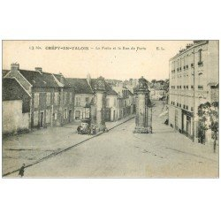 carte postale ancienne 60 CREPY-EN-VALOIS. Porte et Rue de Paris Colonne Morisse vespasiennes