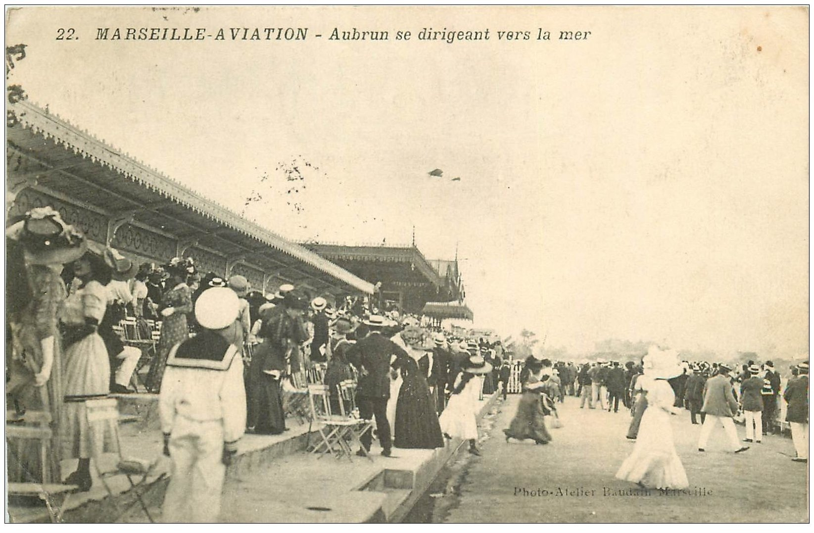 carte postale ancienne 13 MARSEILLE. Aviation. Aubrun de dirigeant vers la mer 1910. Aéroplane Avion Meeting Aviateur...