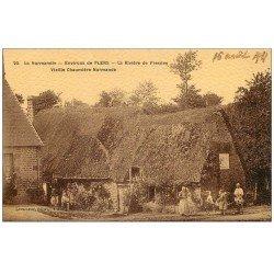 carte postale ancienne 61 LA RIVIERE DE FRESNES. Vieille Chaumière Normande. Belle animation