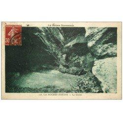carte postale ancienne 61 LES ROCHES D'OETRE. La Grotte personnage assis