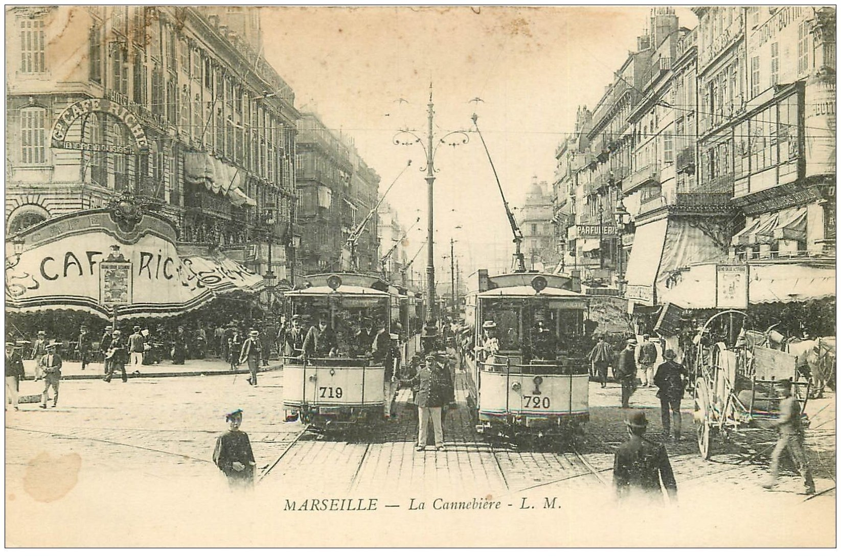 carte postale ancienne 13 MARSEILLE. La Cannebière ou Canebière. Policier, Tramways et Café Riche 1911