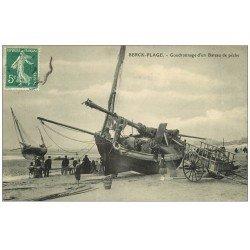 carte postale ancienne 62 BERCK. Goudronnage d'un Bateau de Pêche 1909