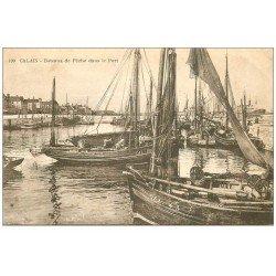 carte postale ancienne 62 CALAIS. Pêcheurs et Bateaux de Pêche dans le port. Métiers de la Mer