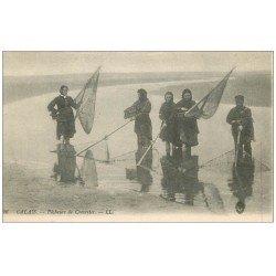carte postale ancienne 62 CALAIS. Pêcheurs et Pêcheuses de Crevettes. Métiers de la Mer