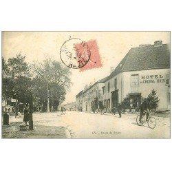 carte postale ancienne 70 GY. Route de Bucey Hôtel du Cheval Noir 1906 et Facteur à vélo