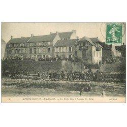 carte postale ancienne 14 ARROMANCHES. Petite Cale l'Heure des Bains 1909