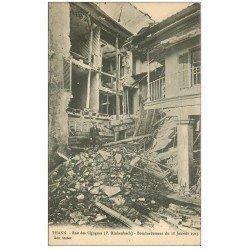 carte postale ancienne 68 THANN. Rue des Cigognes bombardée en 1915 personnage
