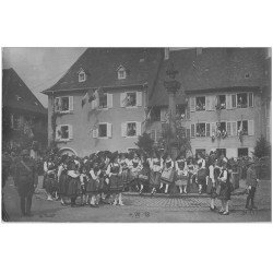 carte postale ancienne 67 CARTE PHOTO. Alsace Lorraine. Militaires Anglais et Alsaciennes Folkloriques
